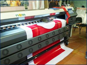 Широкоформатный принтер печатает рекламу для сотового оператора