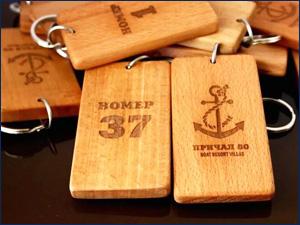 Лазерная гравировка на деревянных табличках от гардероба и гостиничного номера