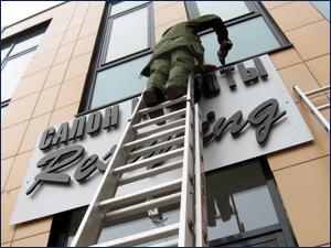 монтаж наружной рекламы и вывесок на фасад здания