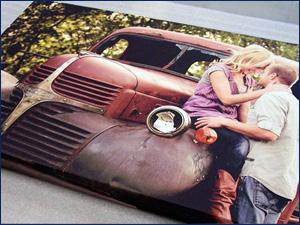 картина с машиной и влюбленная пара